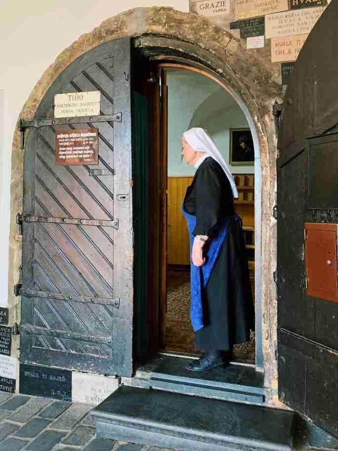 נזירה בשער האבן בחומה העתיקה, זאגרב