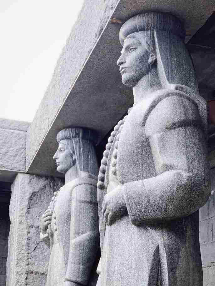 פסלים במואוזילאום על הר לובצ'ן, מונטנגרו