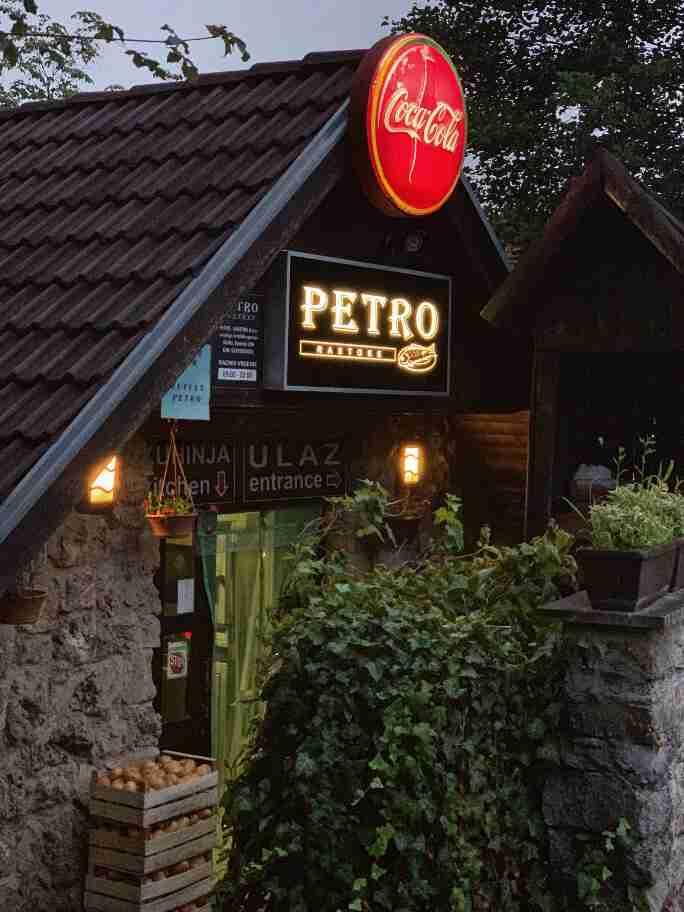 מסעדת פטרו, בעיירה רסטוקה, ליד שמורת פליטביצה