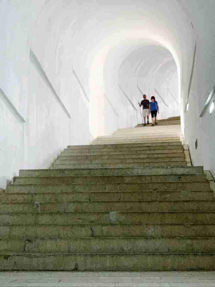 המדרגות המובילות למואוזילאום בהר לובצ'ן, מונטנגרו