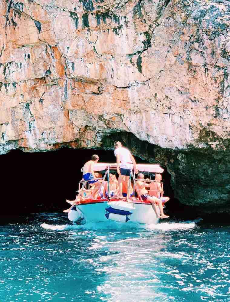 הכניסה למערה הכחולה במפרץ קוטור, מונטנגרו