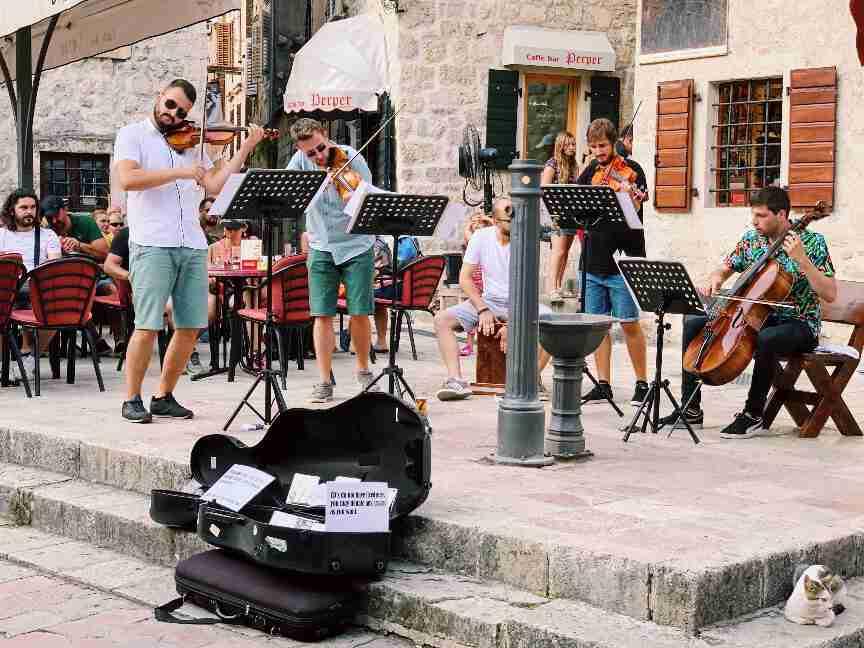 מוזיקה חיה בסימטאות העיר העתיקה קוטור, מונטנגרו