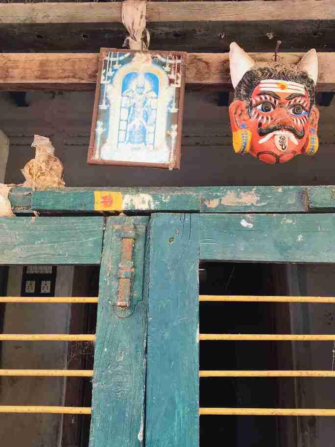 מסיכה מעיסת נייר לגירוש שדים רעים - אומנות ואמונות בהודו