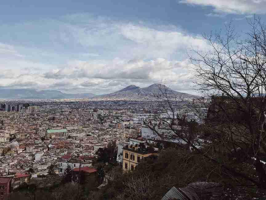 תצפית על העיר נאפולי והר ווזוב מגבעת וומרו