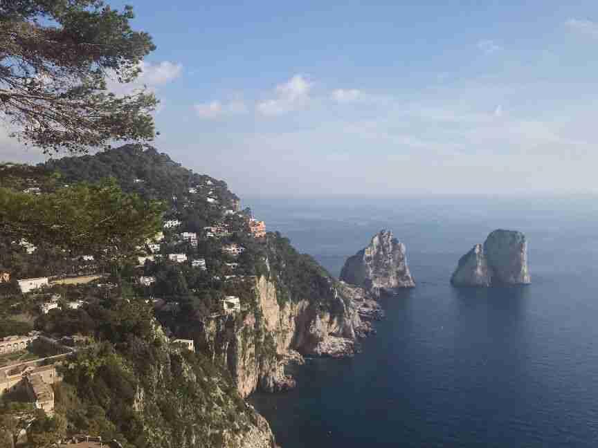תצפית לעבר המערה הכחולה, קאפרי, דרום איטליה