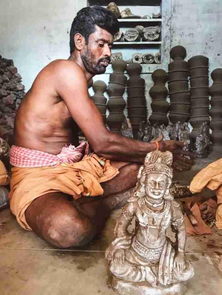 הכנת פסלים מחומר - אומנות ואמונות בהודו