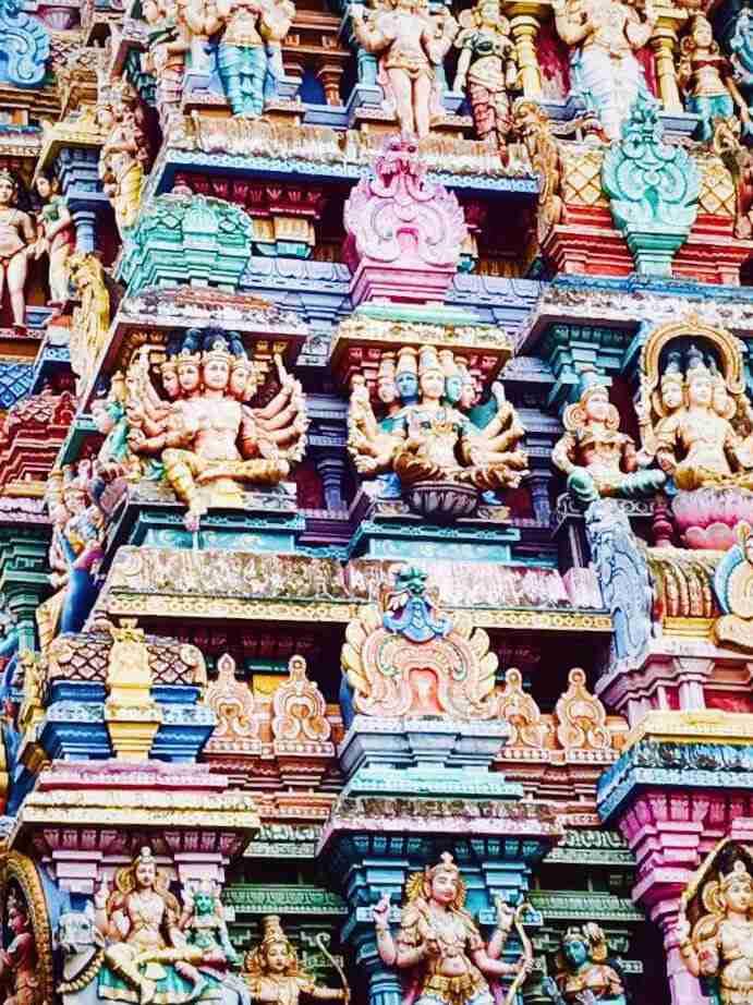 פסלונים צבועים במקדש סרי מינקשי במדוראי. אומנות ואמונות בהודו