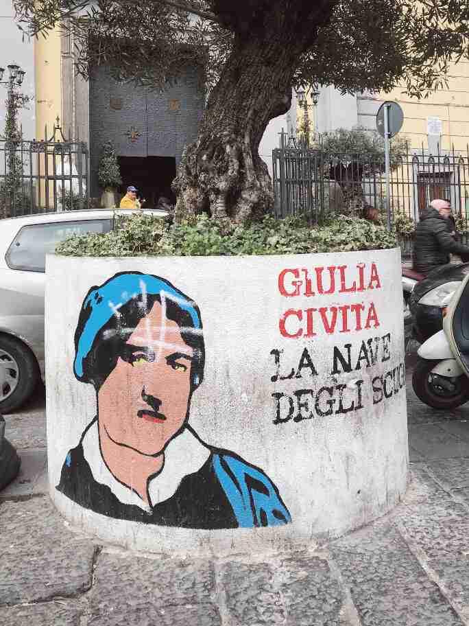 נאפולי - אמנות רחוב - דמויות היסטוריות על עציצים