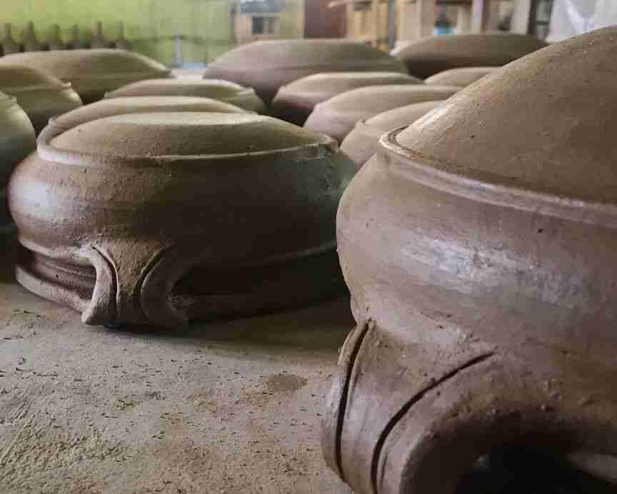 כלי חרס בעבודת אבניים - אומנות ואמונות בהודו