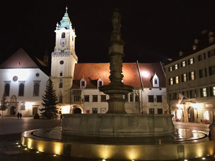 הכיכר המרכזית בעיר העתיקה ברטיסלבה
