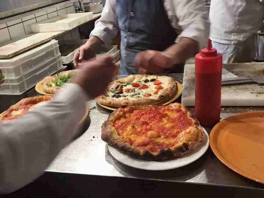 פיצה במסעדת Zi 'Ntonio סורנטו דרום איטליה