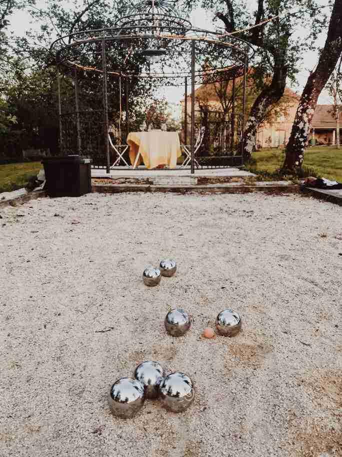 שאטו צרפת - משחק פטאנק בחצר