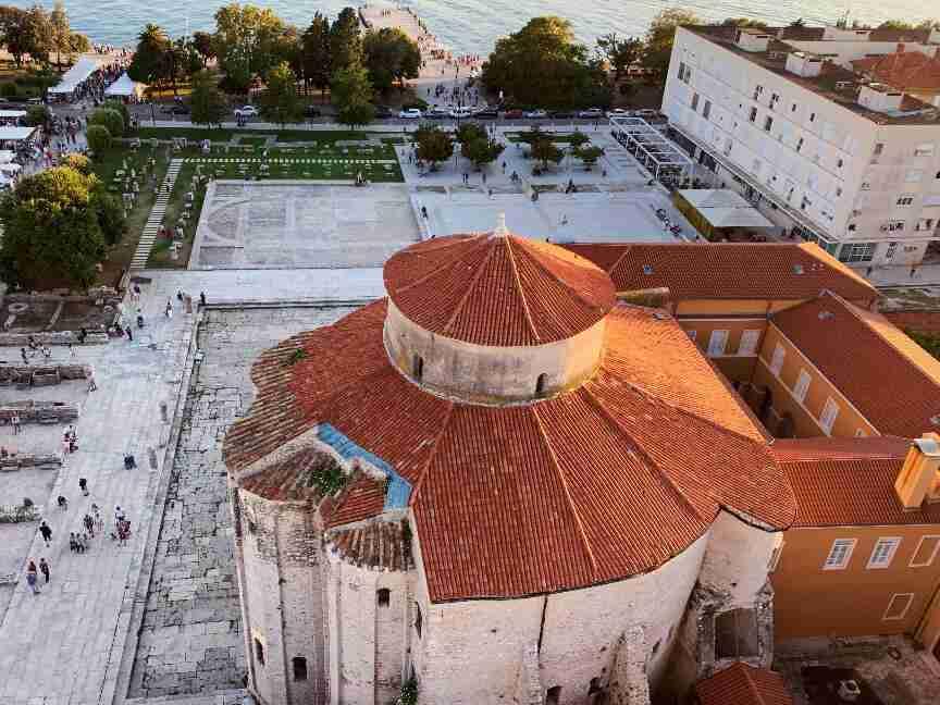 כנסיית סנט דונאטוס ושרידי הפורום הרומאי בזאדאר. חופשה משפחתית בקרואטיה