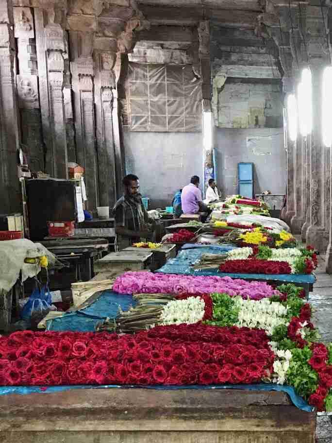 שרשראות פרחים במקדש סרי מינקשי במדוראי