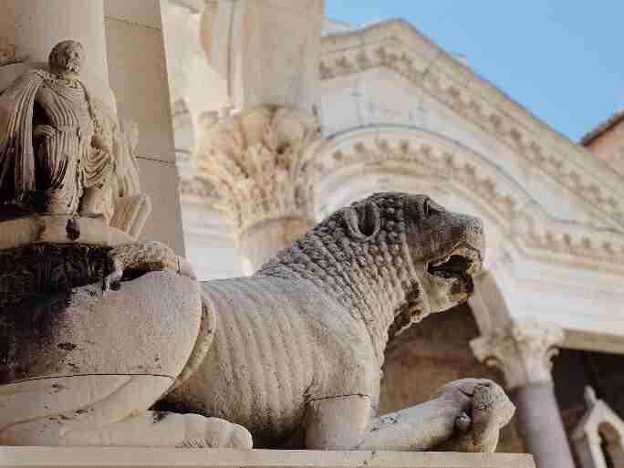 פסלי הספינקס בכניסה לארמון ספליט