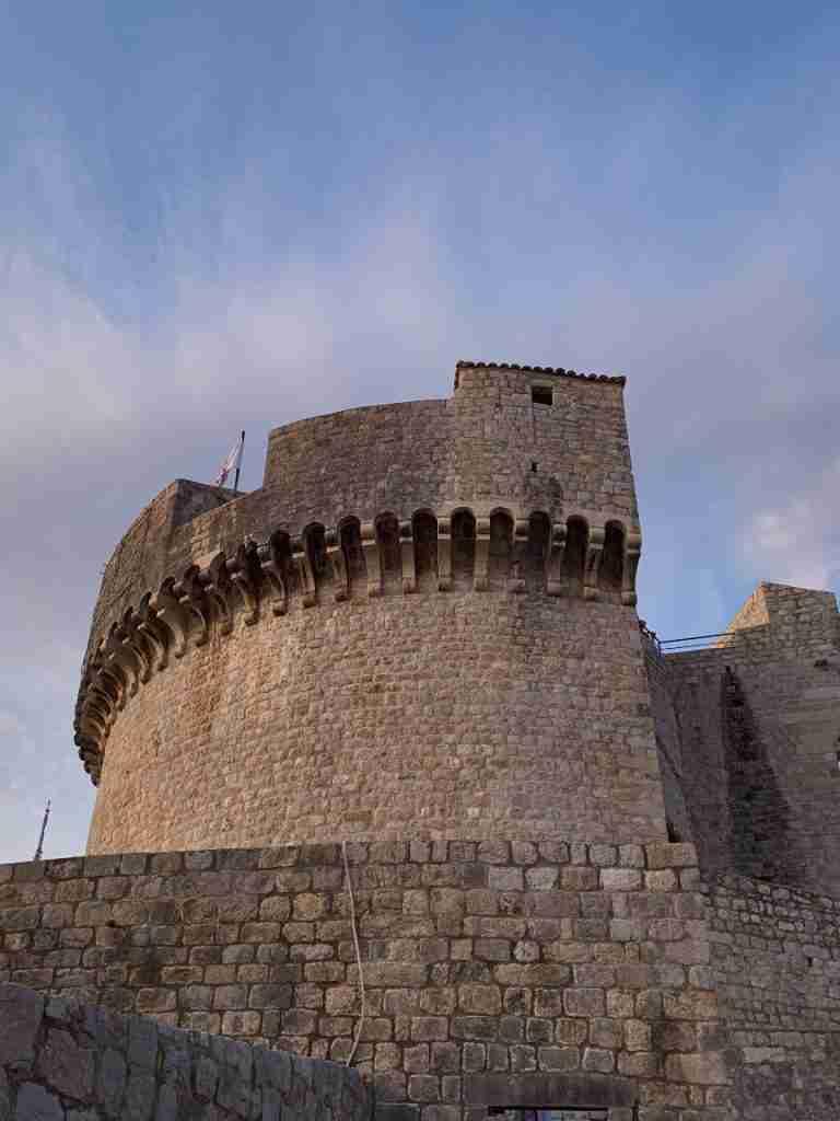 מגדל מינצ'טה, חומות העיר דוברובניק
