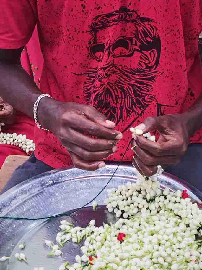 שרשראות פרחים בשוק הפרחים במדוראי - אומנות ואמונות בהודו
