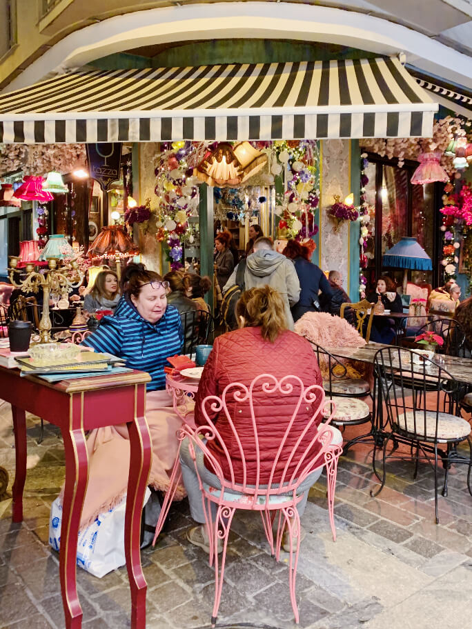 בית קפה צבעוני באתונה