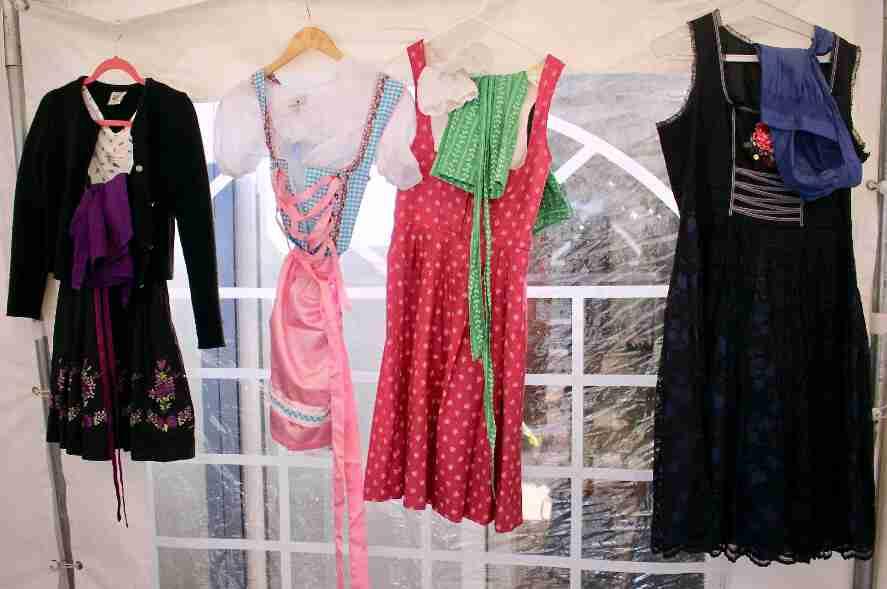 אוקטוברפסט סוכה - הפקה בייתית מצולמת. שמלות בוואריות מסורתיות - דירנדל