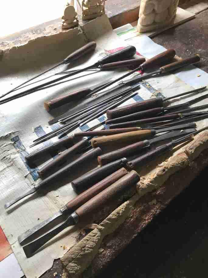 כלים לגילוף בעץ - אומנות ואמונות בהודו