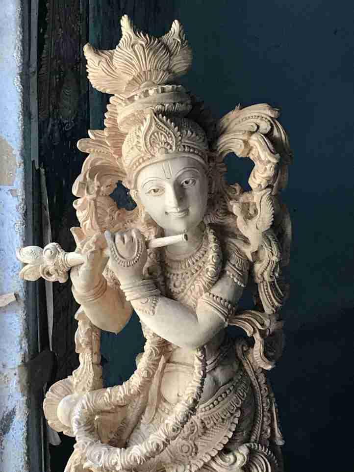 פסל מגולף בעץ - אומנות ואמונות בהודו