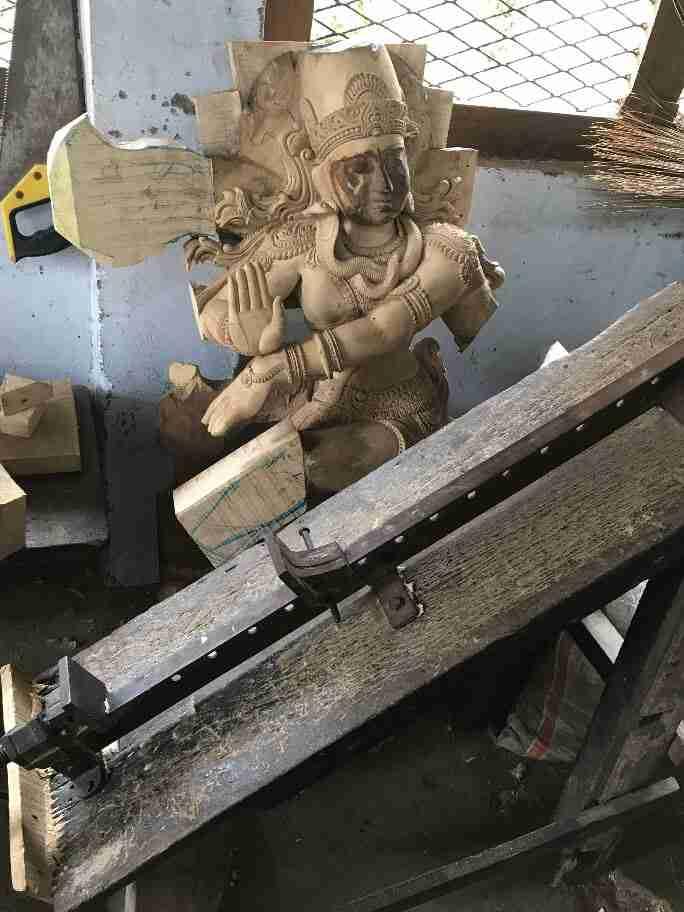 תהליך עבודה של פסל מגולף בעץ - אומנות ואמונות בהודו