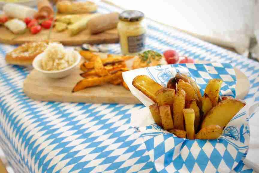 אוקטוברפסט סוכה - הפקה בייתית מצולמת. תפוחי אדמה צלויים בגריל