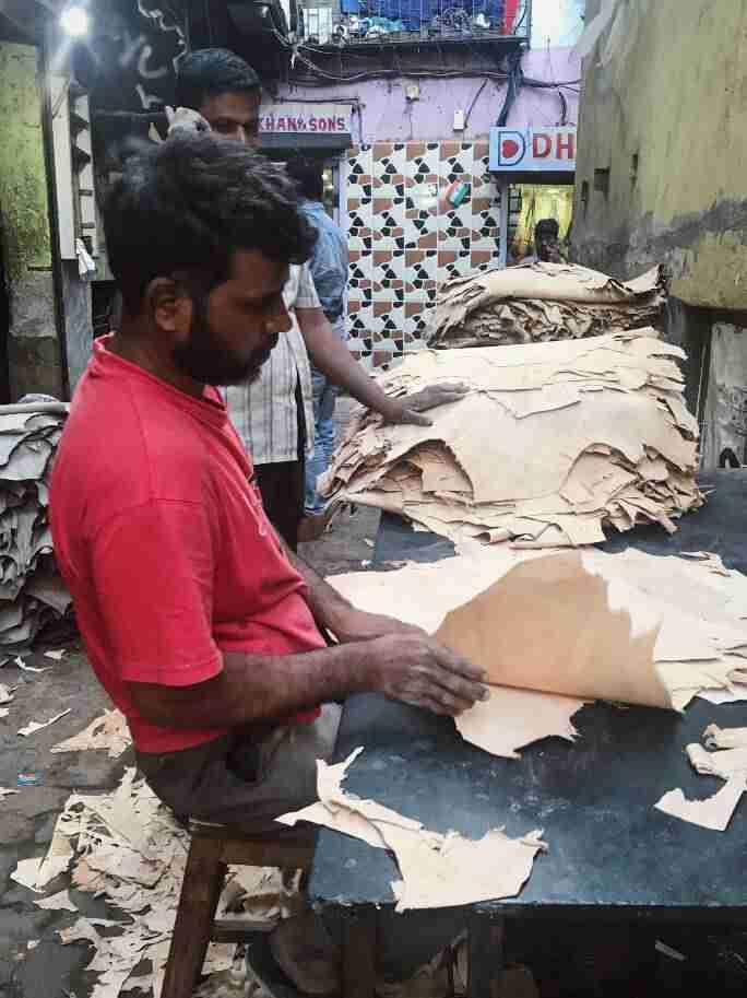 עיבוד עורות בופאלו בסלאם דהראווי, מומבאי
