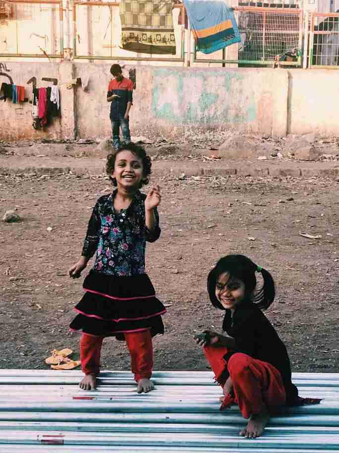 ילדים משחקים בסלאם דהראווי, מומבאי