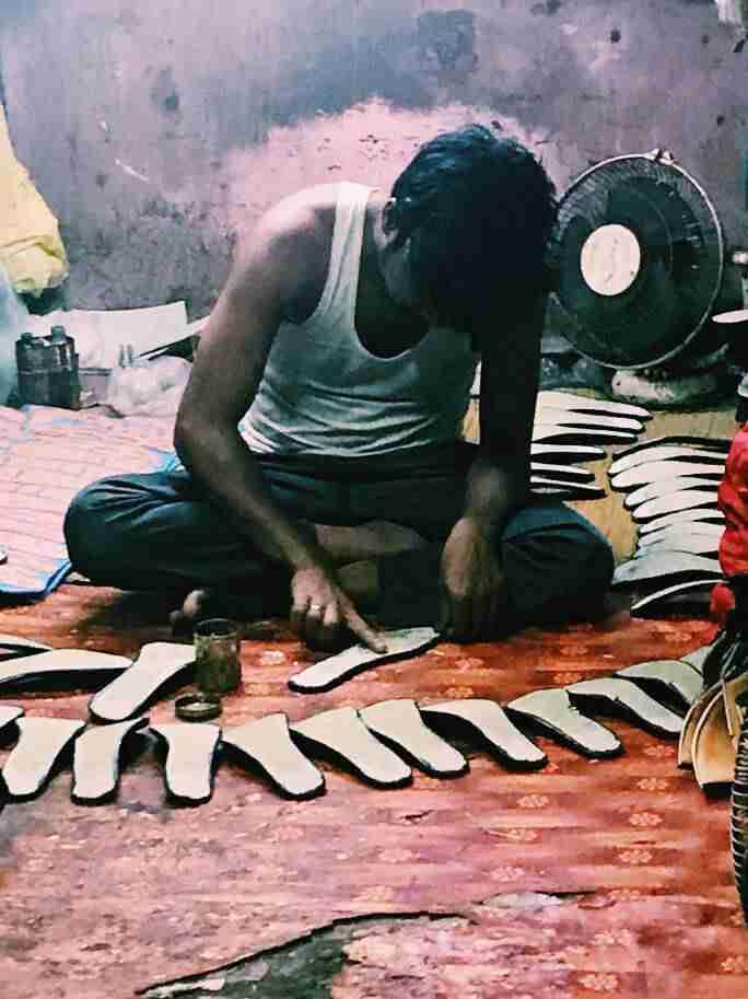 הדבקת סוליות נעליים בסלאם דהראווי, מומבאי