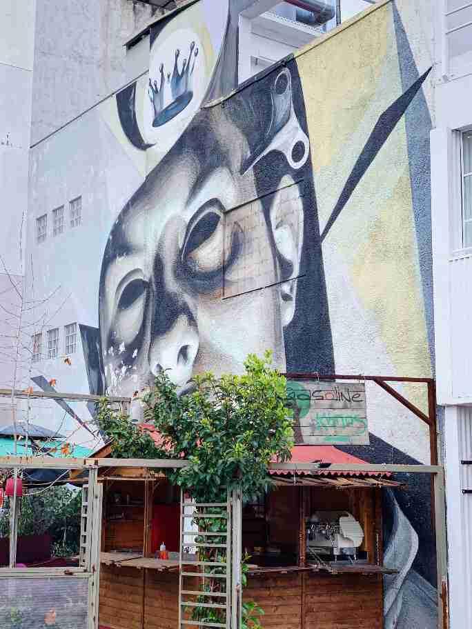 """אמנות רחוב וגרפיטי באתונה - INO """"עבודת השעון"""""""