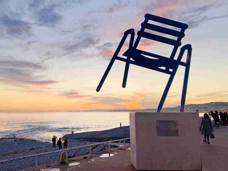 פסל הכסא בטיילת האנגלים, ניס