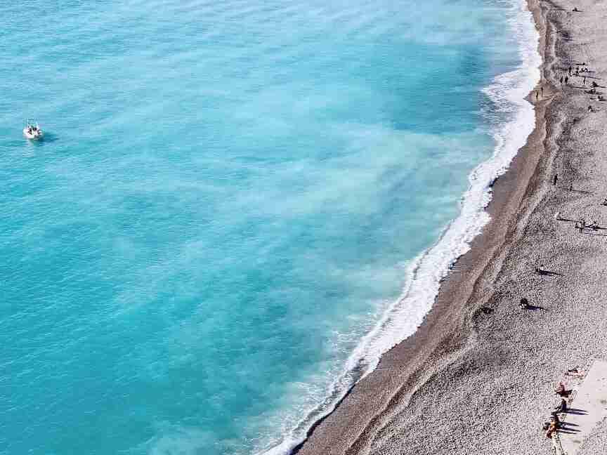 חוף הים בניס. הריביירה הצרפתית